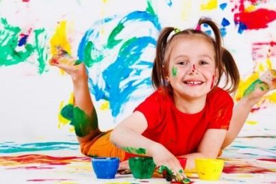 Criança durante um workshop de pintura